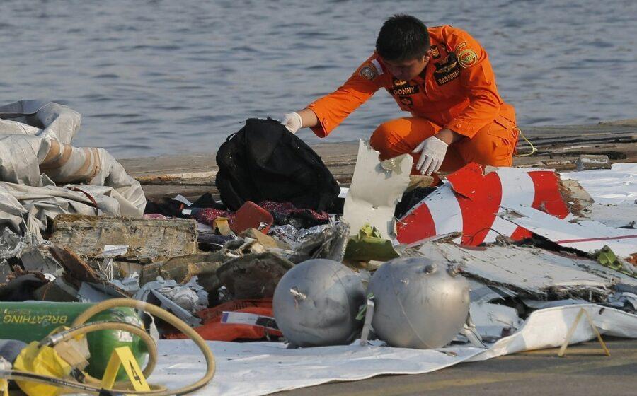 Sriwijaya Air crash: Indonesia divers search wreckage as black box hunt resumes