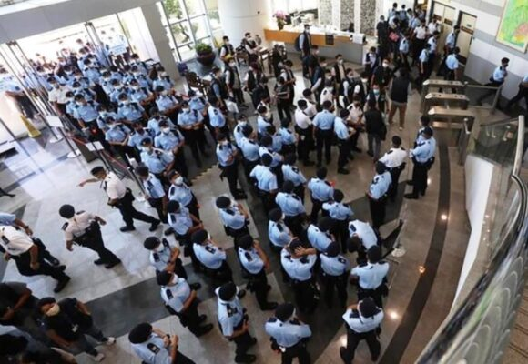 Hong Kong sends 500 officers in pro-democracy newspaper raid