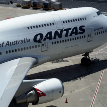 Qantas temporarily stands down 2500 staff as COVID-19 crisis causes border closures